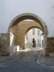 Arco Muralha Faro by Osvaldo Gago@Wikimedia.org